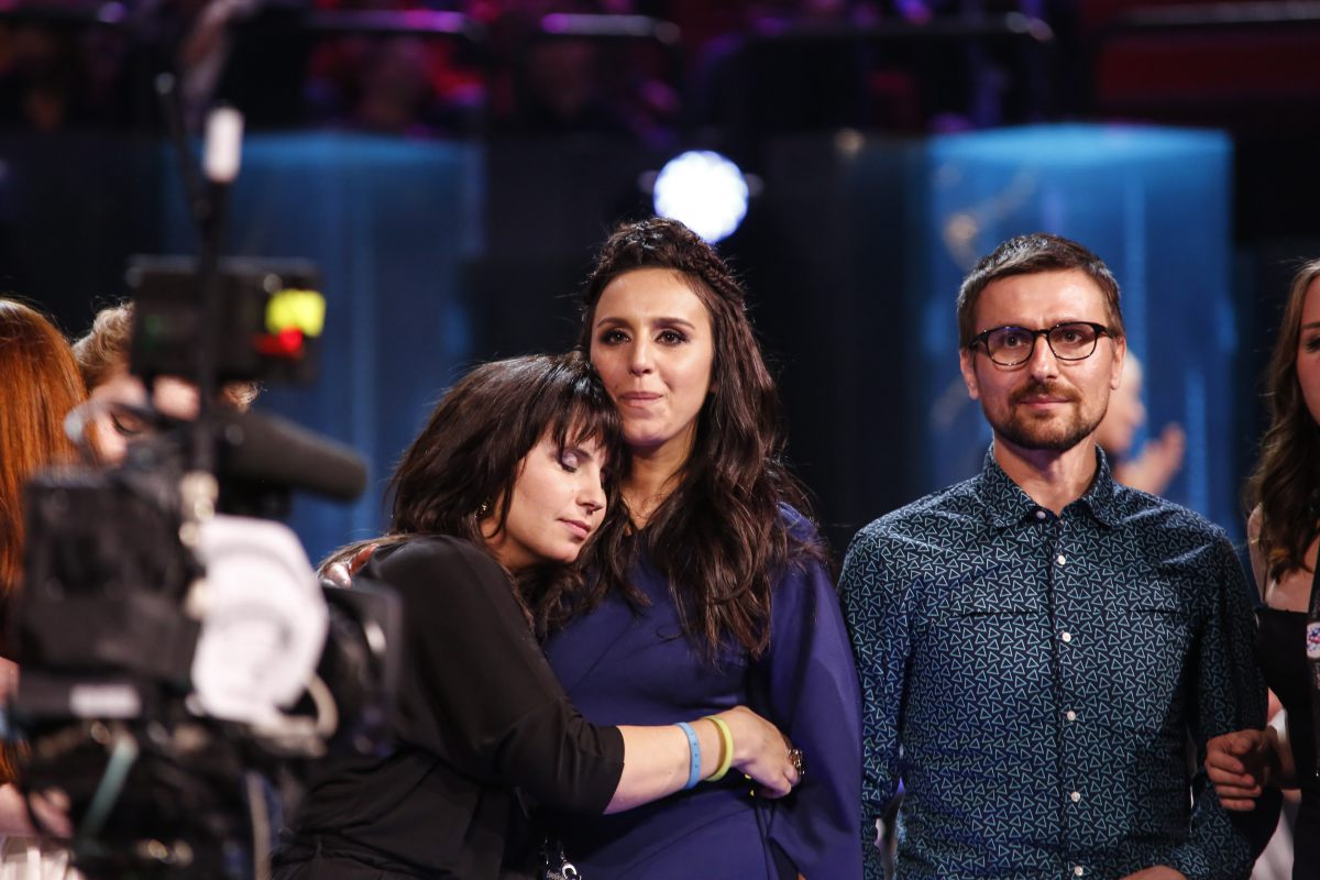 Jamala and her sister share the moment (Courtesy eurovision.tv/EBU)