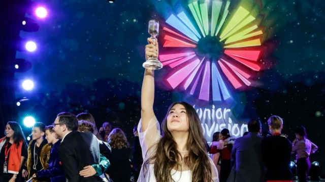 Polina Bogusevich and the Junior Eurovision trophy (EBU/Thomas Hanses)