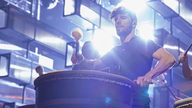 Edin Jusuframic on stage during Linus Svenning's 'Forever Starts Today' in Melodifestivalen 2015. (Photo: Stina Stjernkvist, SVT)